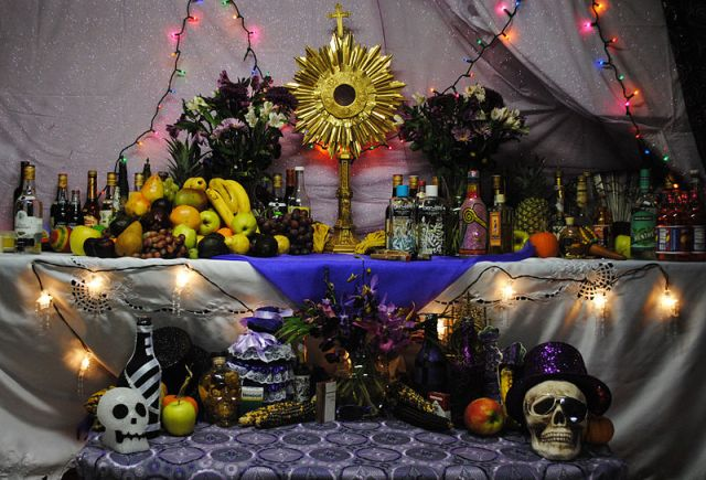800px-Haitian_vodou_altar_to_Petwo,_Rada,_and_Gede_spirits